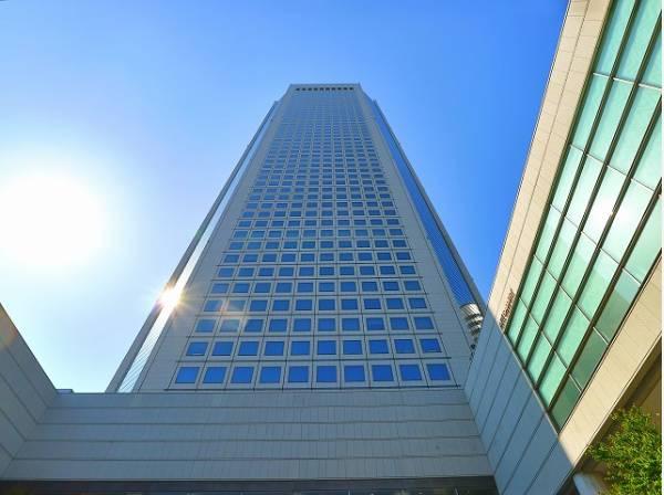 東京オペラシティまで800m レストランやショップ、医院、オフィス、コンサートホールなどが集結する、地上54階地下4階建のタワービル。新国立劇場も隣接しています。