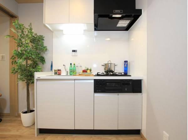 ホワイトを基調とした清潔感のあるキッチン。使い勝手の良いサイズのキッチンで効率よくお料理ができます。