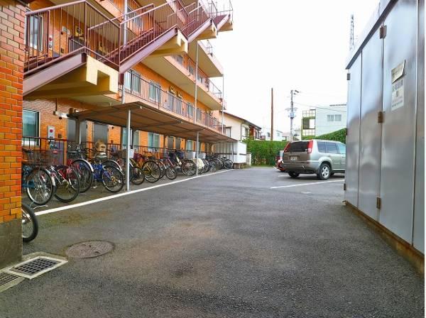 敷地内駐車場は月額25000円でご利用いただけます。駐輪場は月額200円となります。