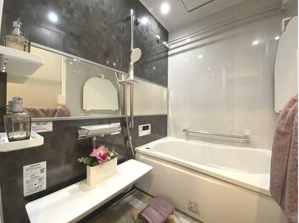 清潔感と高級感のあるカラーで統一した浴室。ゆったりお使い頂ける半身浴も楽しめるバスタブが心地よさをもたらします。