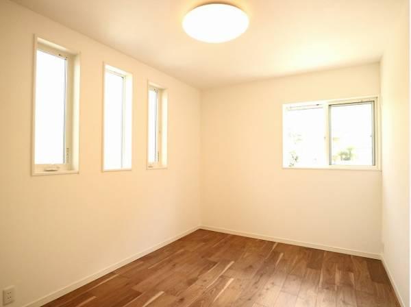窓からたっぷりと陽光が注がれる明るい空間。家族の成長に対応できる永住仕様の間取り。時を忘れて過ごす場所として過ごせるお部屋。