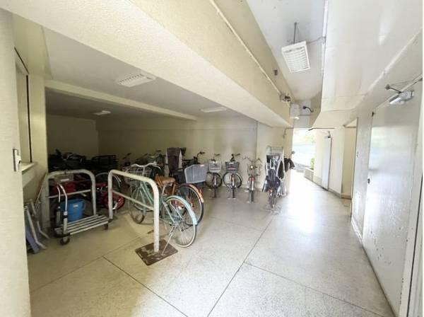大切な自転車を雨や風から守ります。駐輪場は屋内にあり、天気の影響を受けず安心です。