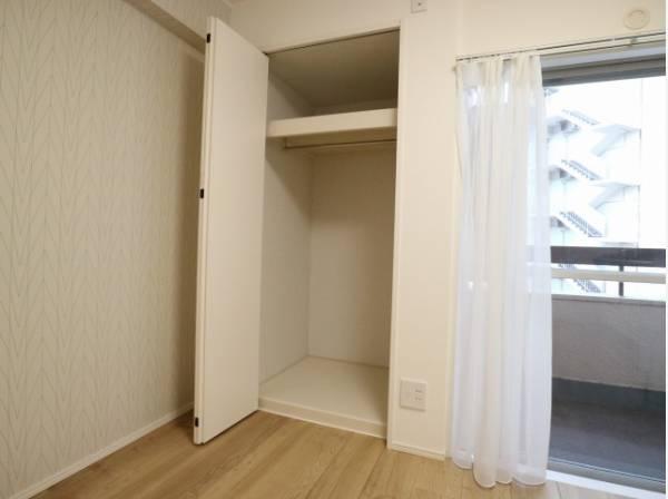 リビングにも収納をご用意。衣類の他、日用品の収納など便利にお使いいただけます。