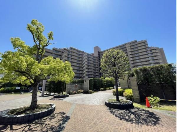 広い敷地内には公園や植栽があり、緑を感じられる住環境です。
