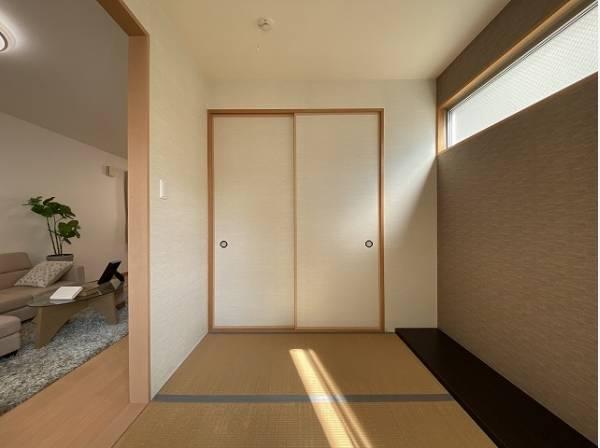 リビング隣の和室は、趣ある安らぎ空間。来訪時や家事スペースとしても重宝します。