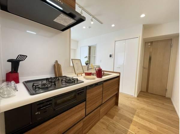 キッチンは使い勝手と美しさも重要な要素の一つ。インテリアとしての魅力を高め、家族の時間を豊かに。