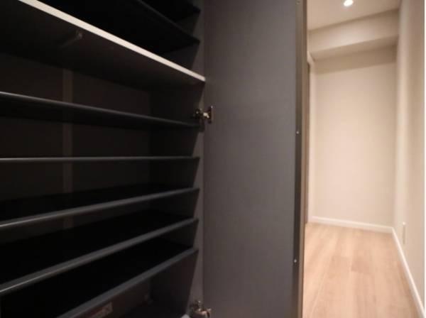 玄関扉には大容量のシューズクローゼットもあって、収納スペースも十分です。