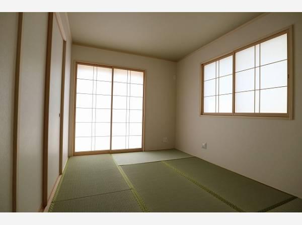 客間になったり、寝室になったり便利な和室は約6帖のスペースを確保。井草の香りがやすらぎを与えます。