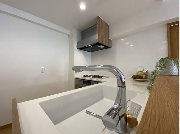 ワークトップが広く、使い勝手に優れたL型キッチン。手の込んだお料理も効率よく作れます。