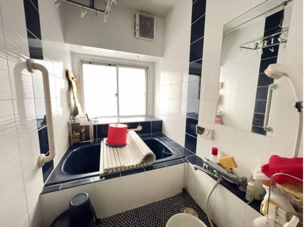 お風呂には窓があり明るく清潔な空間へ。毎日の疲れを取る癒しのバスルームです。