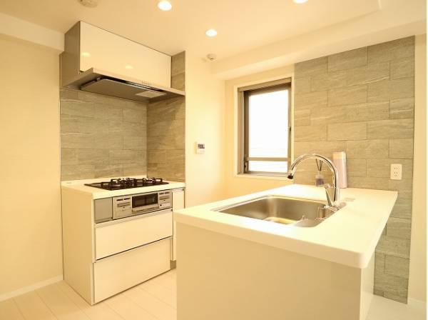 リビングと一体化した対面キッチンは開放感があり、食器の片付けをしながらTVを見たりすることもできますね。