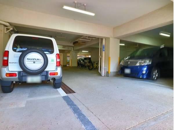 敷地内駐車場。月額20000~25000円になります。