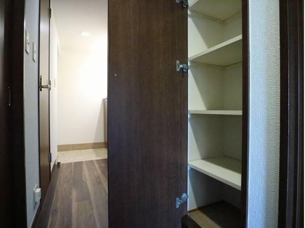 リビングへと続く廊下にも収納をご用意。便利にお使いいただけます。