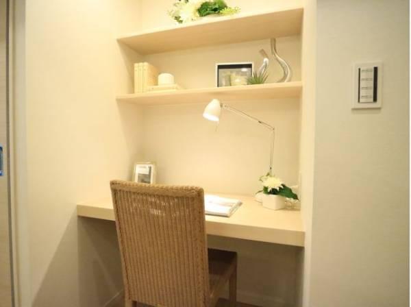 リビングにはデスクを設置。ご主人の書斎としても、奥様の作業カウンターとしても、お子さまの勉強机としても。多用途に対応できる便利なスペースです。