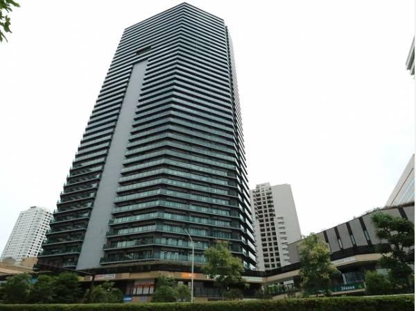 商業施設も多数点在するエリア。複数路線利用可能な立地に聳え立つマンション。