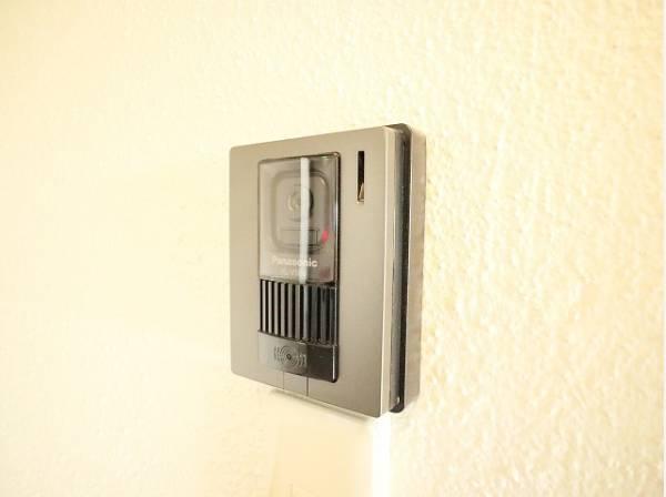 「見える安心」をカタチにしました。 誰が来てもわかる様にモニター付きインターホンを設置。快適と安らぎを合わせた優しい設計。