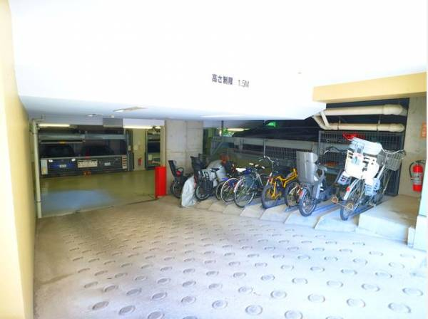敷地内駐輪場は月額200~300円で利用可能です。