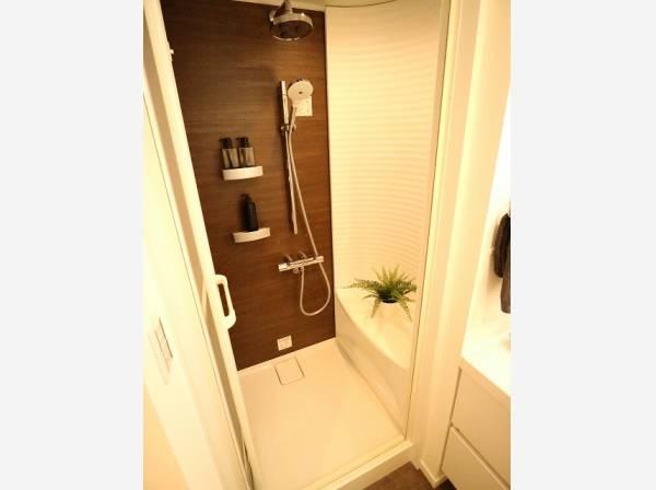 清潔感のあるシャワールーム。疲れを癒す場所だからこそ快適・清潔な空間で心も体もオフになる時間をお楽しみください。