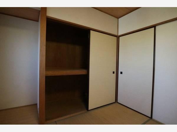 大きな押入れ付きで布団や季節用品なども楽々収納できます。
