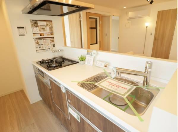 開放的な対面式キッチン。大きな調理器具や食器類もゆったり洗える大きめサイズのシンクにも注目です。