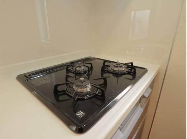 3口コンロで、お料理の効率もアップ。受け皿のないフラット天板で、お手入れもラクラク。