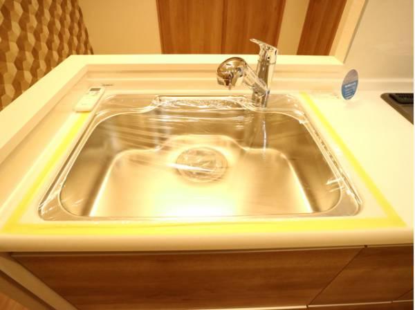 蛇口をひねるとすぐにきれいなお水が使える蛇口一体型浄水器を設置。