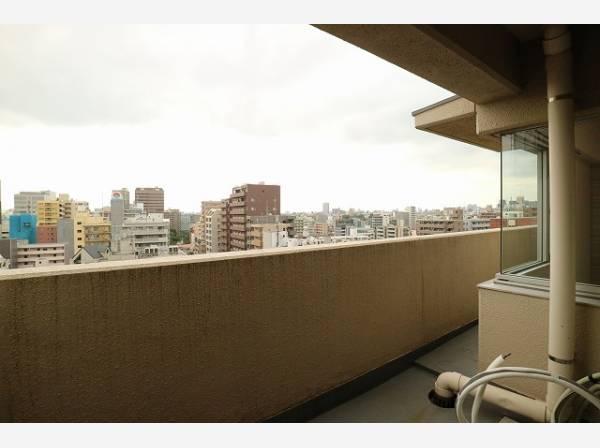 広々としたバルコニーは日当り良好です。13階ならではの開放感と爽やかな風を感じていただけると思います。