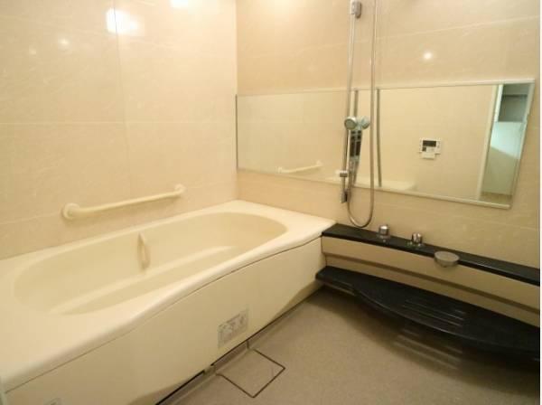 一日の疲れを癒してくれる場所。快適に過ごせるゆったりサイズのバスタブです。是非半身浴をお楽しみ下さい。