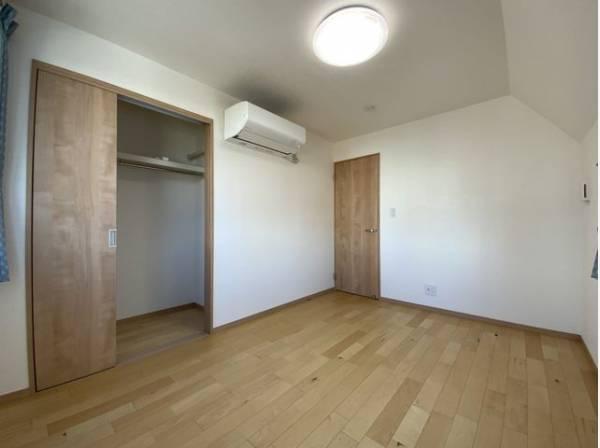 各部屋クローゼット付の2SLDK。お子さまも憧れの個室が持てます。