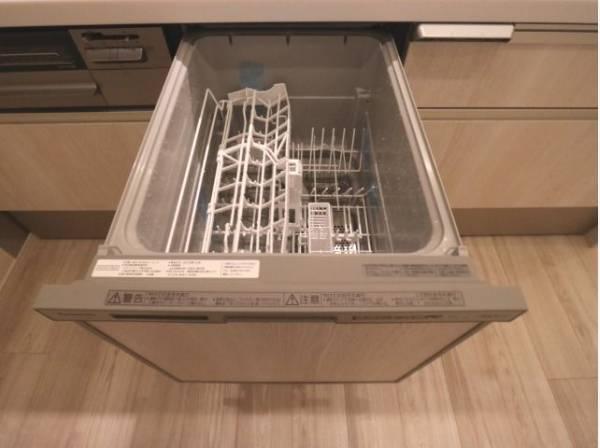 食器と洗剤を入れて、開始スイッチを押せば終わりです。後は食洗機が自動で洗浄を行ってくれるので、食後に空いた時間で家族との団らんが広がります。