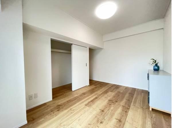 充分な収納スペースを確保。居室内に余計な家具を置く必要がないので、シンプルですっきりとした暮らし。