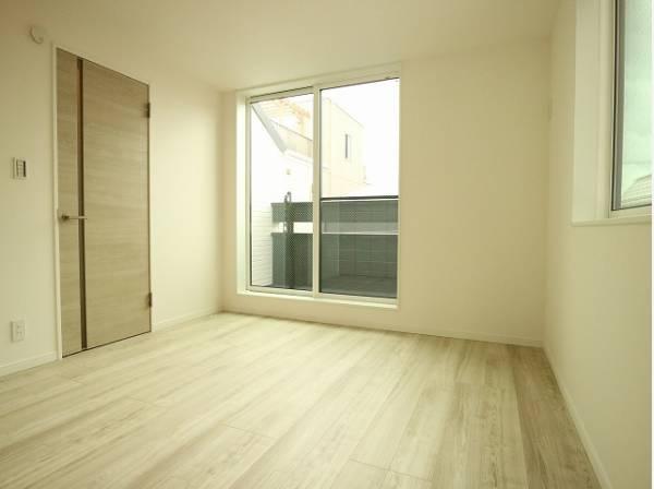 大きな窓からたっぷりと陽光が注がれる明るい空間。静かな環境でリラックスタイムをスタートさせてください。
