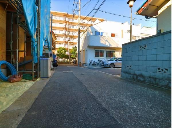 前面は道路幅4mの私道で駐車も楽々出来て安心です。
