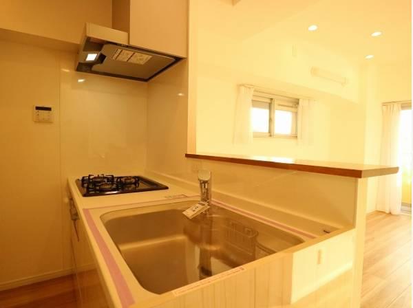 ホワイトを基調とした清潔感のあるキッチンはゆったりと調理ができる位のスペースがあります。