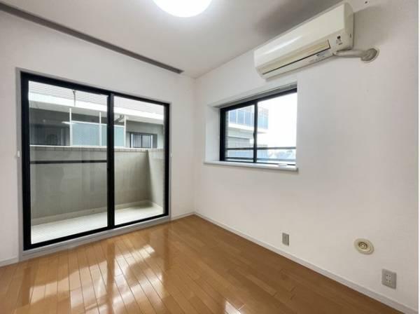 大きな窓からたっぷりと陽光が注がれる明るい空間。一日の疲れを癒してくれる洋室。時を忘れて過ごす空間。