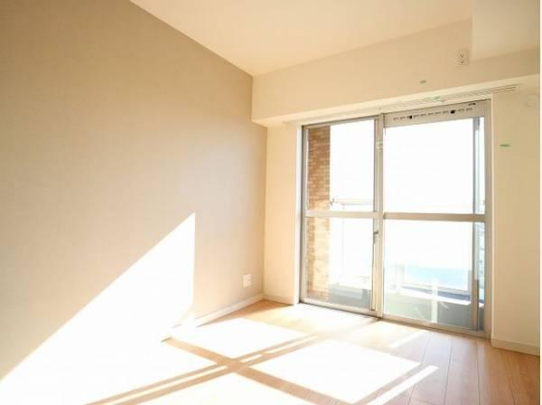 大きな窓からたっぷりと陽光が注がれる明るい空間。家族の成長に対応できる永住仕様の間取り。時を忘れて過ごす場所として過ごせるお部屋。