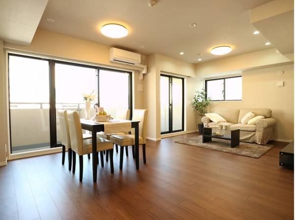 リビングと隣接の洋室は天井、フローリングと同じ色合いで揃えており、可動ドアを開くと15帖超の空間になります。家族構成の変化にも柔軟に対応するための工夫をいたしました。