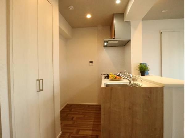 リビングダイニングを見渡せる対面キッチン。すぐそばに洗濯機スペースをご用意していますので、家事が捗るように動線を意識した間取りです。