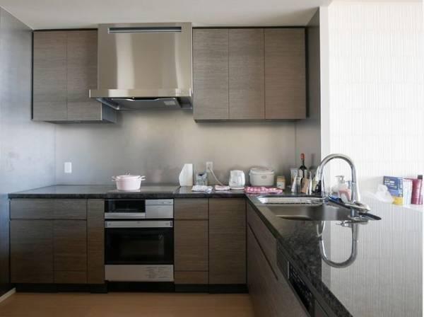 ゆったりと調理ができる位のスペースを実現したL型キッチン。シンクまわりもすっきりとまとまり水栓のデザインもオシャレ。
