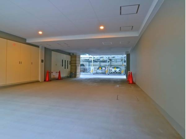 敷地内駐車場は月額30000~35000円で利用可能です。