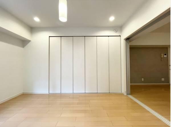 ダイニングとは引き戸で仕切られた洋室。引き戸を全開にしてリビングとして利用できます。
