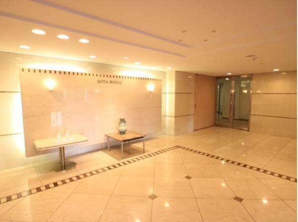 格調高いデザイン性を持つエントランスホールは、住む方のプライドを満たすクオリティ。
