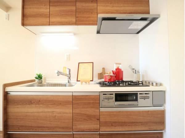 ウッド基調とした清潔感のあるキッチン。使い勝手の良い設備のキッチンで効率よくお料理ができます。