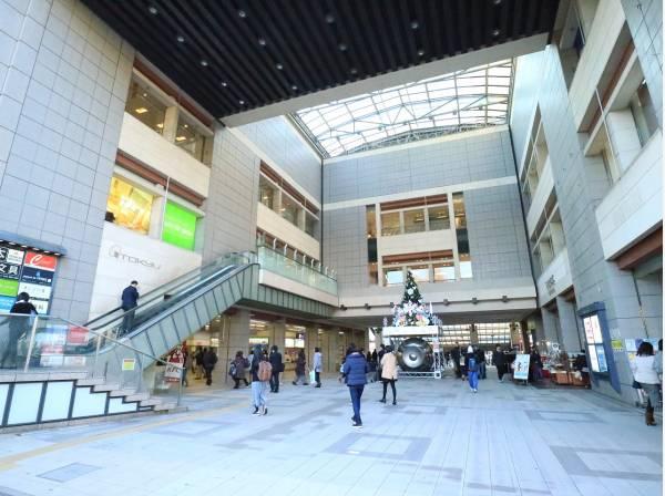 東急東横線 日吉駅まで2200m 駅西側には5つの商店街があり、とてもにぎやかな雰囲気。慶応義塾大学の日吉キャンパスがあるので、学生向けのお店も多く集まっています。秋は駅から続くイチョウ並木は必見。