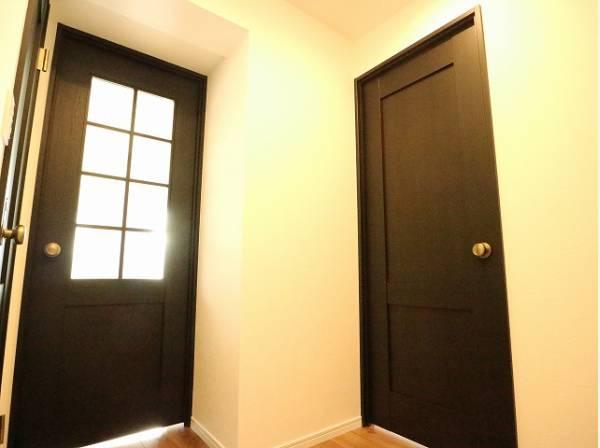 玄関は毎日の行き帰りで使う大事な空間。おしゃれで明るく迎えてくれるお部屋は嬉しいですね。