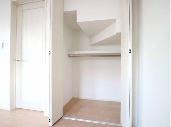 階段の下にも収納をご用意。季節物を収納したり、普段あまり使わないものはここへ収納しましょう。