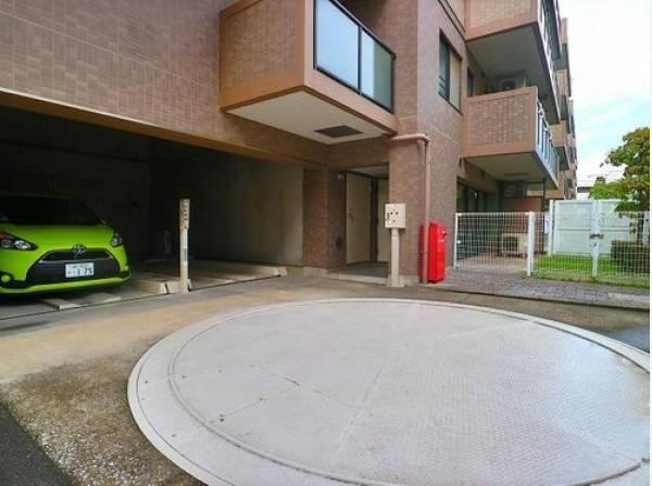 駐車場はターンテーブル式です。バック不要でそのままターンテーブルにお車を載せるだけなのでラクラク車庫入れできます。