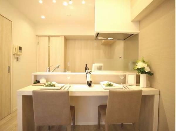 対面キッチンには、食事ができるカウンターテーブルをご用意。コミュニケーションがとりやすいオープンな空間です。