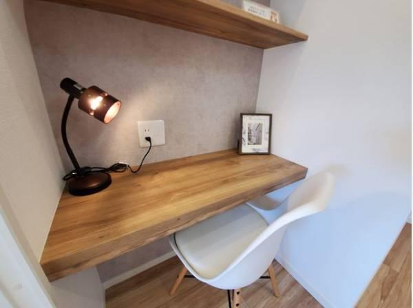 洋室にはデスクスペースを設置。在宅ワークや勉強に便利なスペースです。
