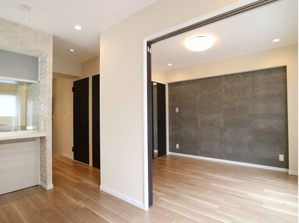 リビングに隣接した洋室は、仕切って個室にも、開放して大空間のリビングにもなります。